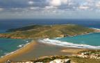 Το ελληνικό νησάκι του σερφ, που το καλοκαίρι ενώνεται με την στεριά